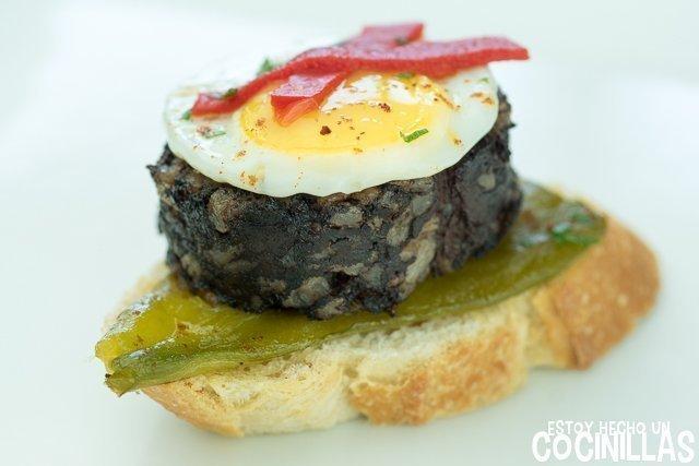 Pincho de morcilla con pimientos y huevo de codorniz