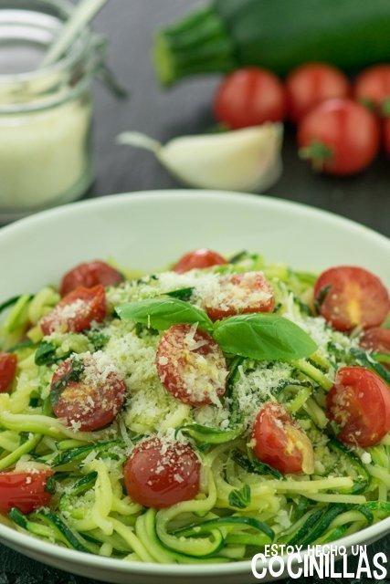 Espaguetis de calabacín con tomatitos cherry