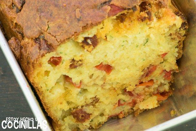Bizcocho salado de chorizo, mozzarella y pimiento rojo (corte)