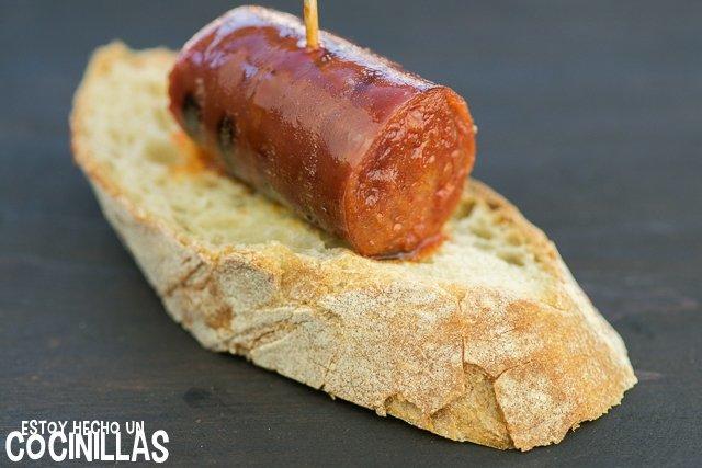 Chorizo a la parrilla sobre un trozo de pan
