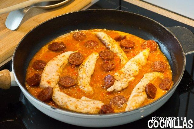 Solomillos de pollo con chorizo (reincorporar el pollo y el chorizo)