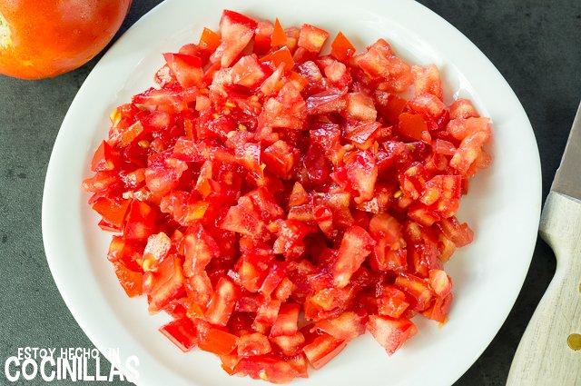 Tartar de tomate con rillettes de atún (corte del tomate)