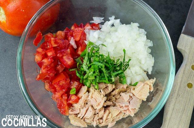 Tartar de tomate y atún (mezclar)