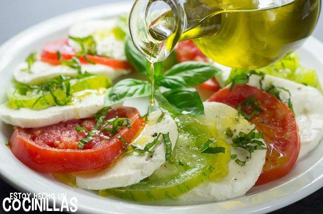 Ensalada caprese con tomate corazón de buey y green zebra (aceite de oliva)