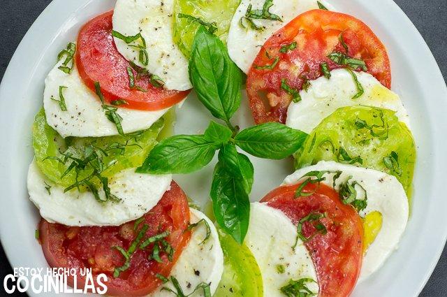 Ensalada caprese con tomate corazón de buey y green zebra