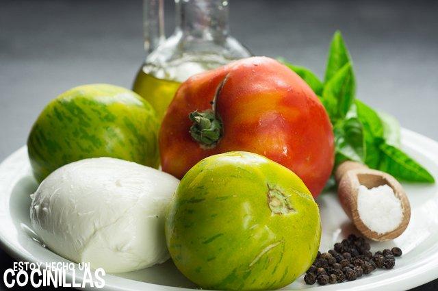 Ensalada caprese con tomate corazón de buey y green zebra (ingredientes)