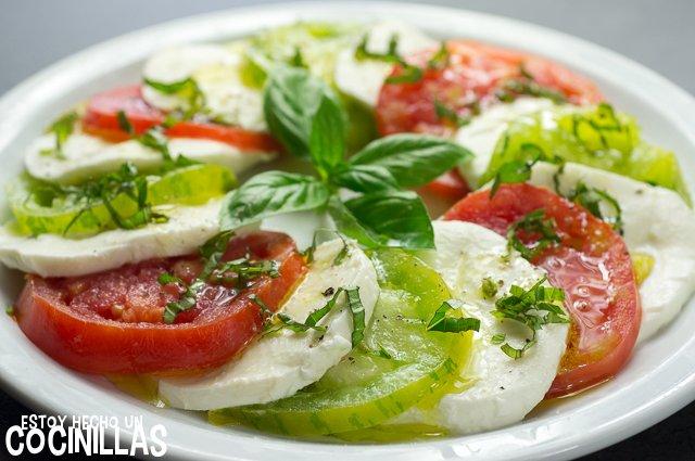 Ensalada caprese con tomates corazón de buey y green zebra