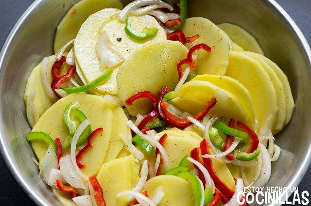 Caballa al horno con patatas y pimientos (mezclar)