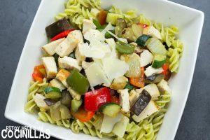 Ensalada de pasta al pesto con pollo y verduras