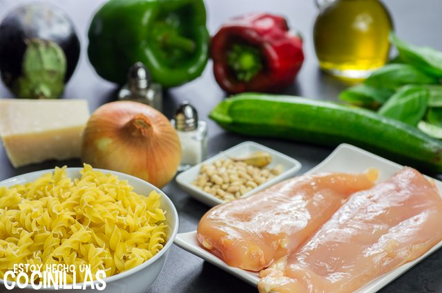 Ensalada de pasta al pesto con pollo y verduras (ingredientes)