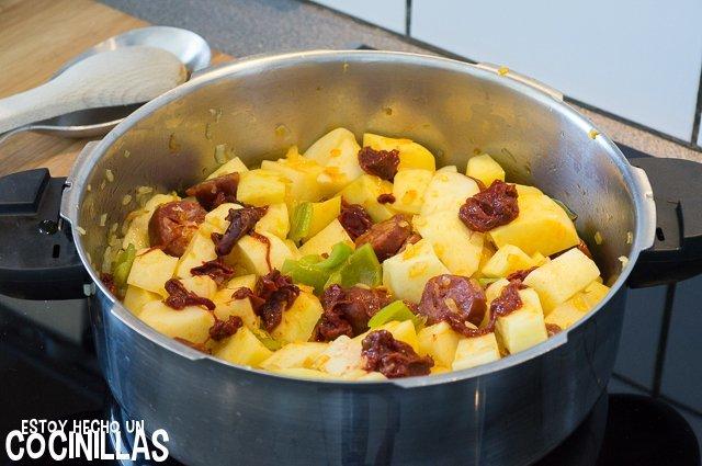 Patatas a la riojana (carne de pimiento choricero)