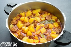 Patatas a la riojana (guiso de patats con chorizo)