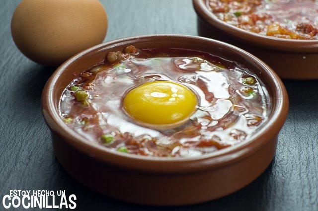 Huevos al plato con chorizo (cascar los huevos)