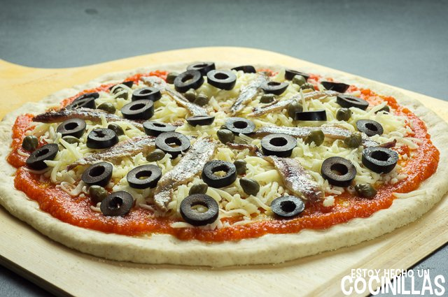 Pizza de anchoas, aceitunas y alcaparras (aceitunas)