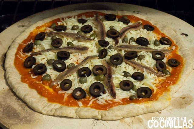Pizza de anchoas, aceitunas y alcaparras (horno)
