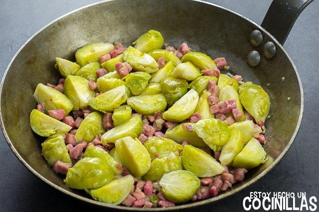 Coles de bruselas con jamón (sartén)