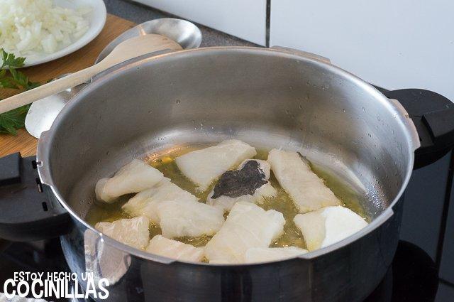 Patatas con bacalao (rehogar el bacalao)