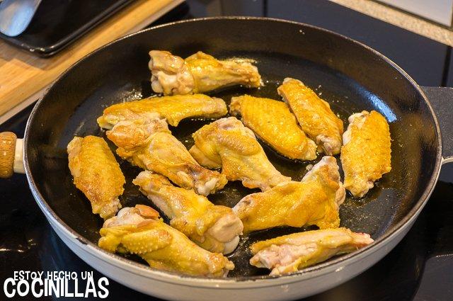 Alitas de pollo con tomate (dorar)