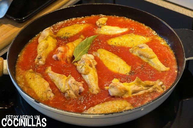 Alitas de pollo con tomate (reincorporar las alitas)