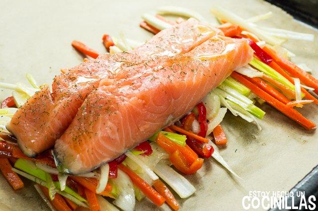 Salmón en papillote con verduras (colocar el salmón)