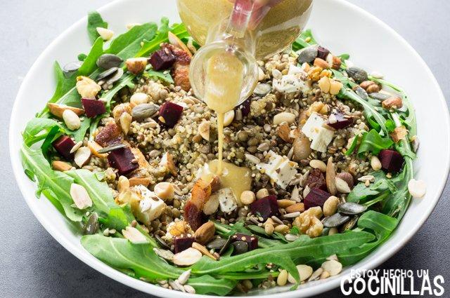 Ensalada de lentejas, quinoa y rúcula (aliñar)