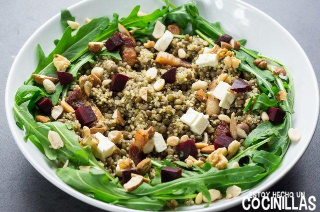 Ensalada de lentejas, quinoa y rúcula (frutos secos)