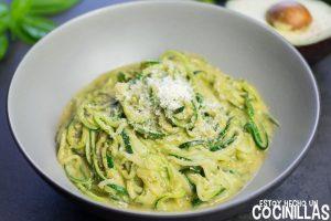 Espaguetis de calabacín con pesto de aguacate
