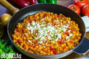 Garbanzos con tomate, pimientos y queso feta