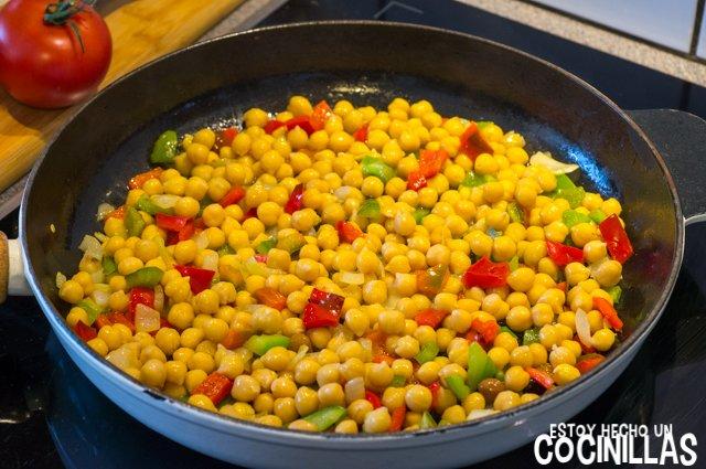 Garbanzos con tomate, pimientos y queso feta (agregar garbanzos)