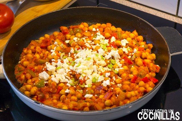 Garbanzos con tomate, pimientos y queso feta (espolvorear feta)