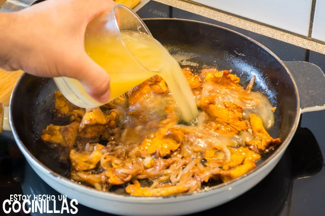 Solomillo de cerdo con rebozuelos (caldo de pollo)