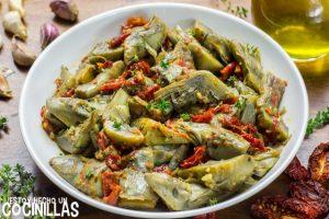 Alcachofas con tomate seco, tomillo y ajo