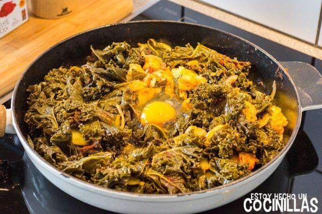 Kale con patatas, huevo y pimentón (huevo)