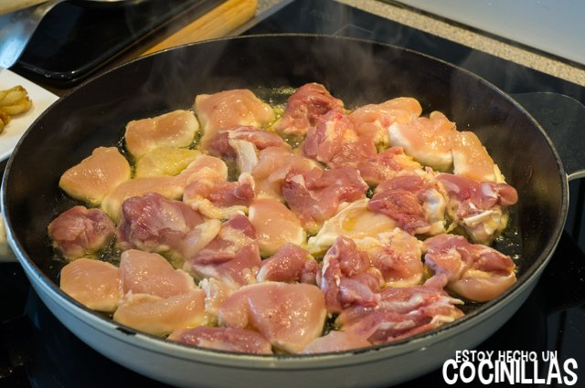 Pollo al ajillo con patatas fritas (dorar el pollo)