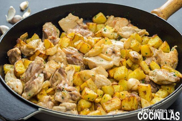 Pollo al ajillo con patatas fritas (sartén)