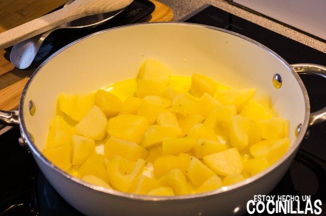 Espinacas con patatas (saltear las patatas)