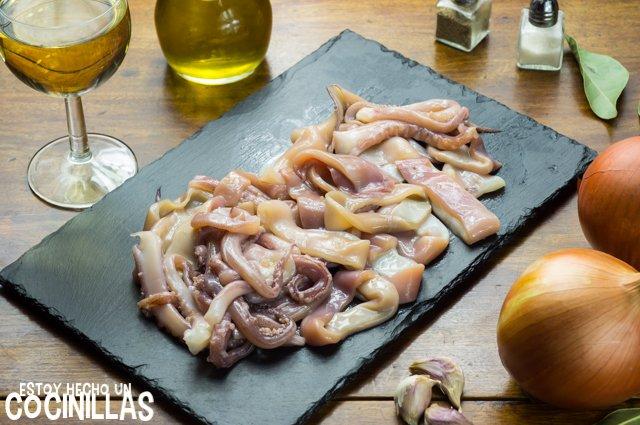 Calamares encebollados (cortar el calamar)