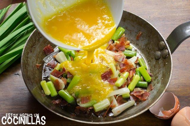 Revuelto de ajos tiernos con jamón (huevo batido)