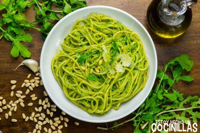 Espaguetis al pesto de rúcula (receta)