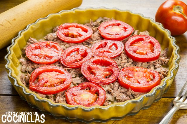 Tarta de atún, tomate y mostaza (rodajas de tomate)