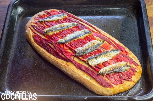 Coca de pimientos asados con sardinas (reposo)