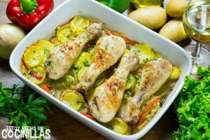 Muslos de pollo al horno con patatas y pimientos