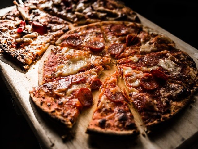 Llevar la pizza a la mesa