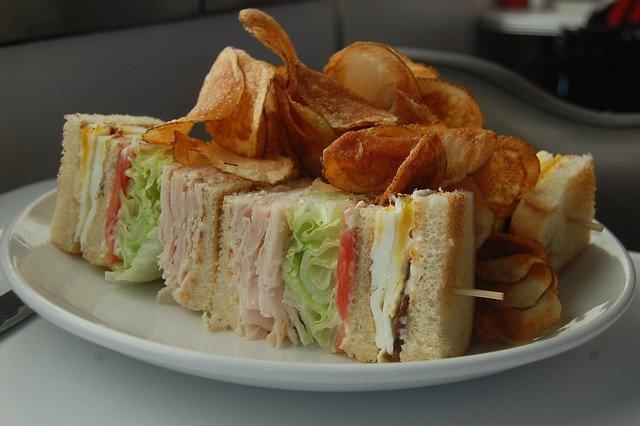Sándwich club de pechuga de pollo y huevo a la plancha