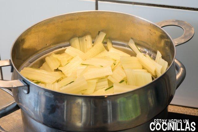 Acelgas esparragadas (cocer las pencas)
