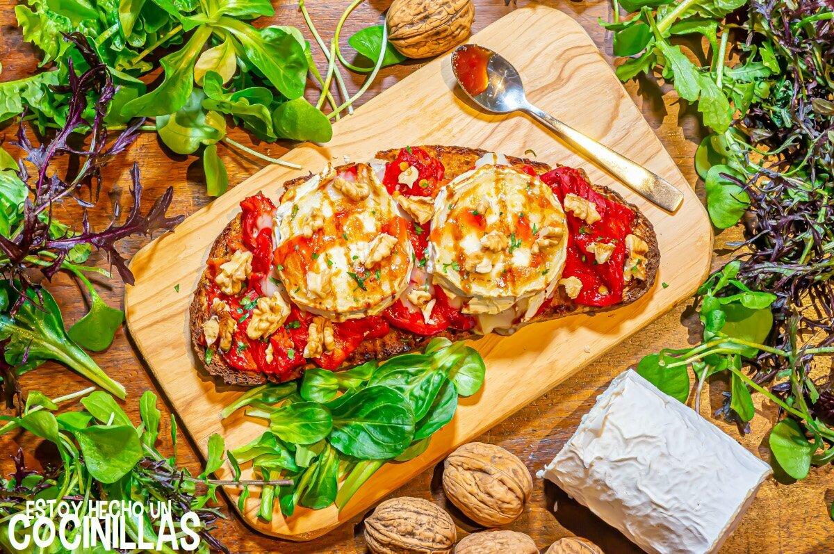 Tosta de queso de cabra con pimientos asados, mermelada de tomate y nueces