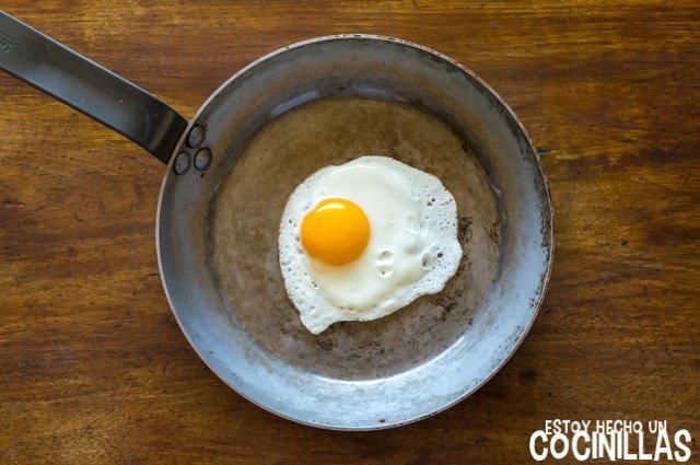 Huevo a la plancha en sartén
