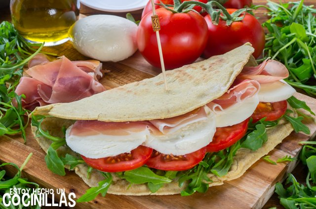 Piadina rellena de jamón, mozzarella, tomate y rúcula