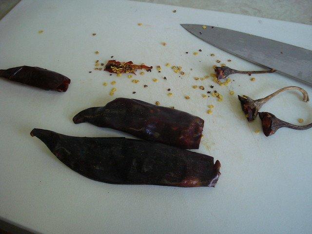 Quitando las semillas a los chiles guajillo