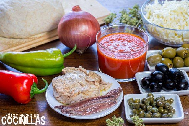 Pizza de atún y anchoas con aceitunas (ingredientes)